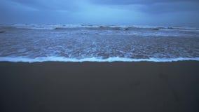 Mooie golven op het geïsoleerde gelijk makende strand in de winter stock footage