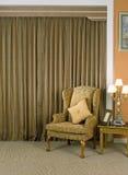 Mooie gordijn en leunstoel royalty-vrije stock foto's