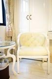 Mooie gordijn en luxestoel in woonkamer stock foto's