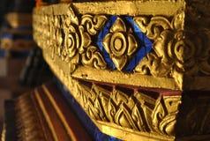 Mooie Gouden architectuur boeddhistisch Bouwwat phra sri temple bangkok Thailand stock fotografie
