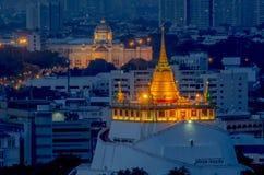 Mooie Gouden Bergtempel in schemering met backgroud van stadsmening royalty-vrije stock afbeelding