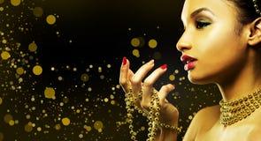 Mooie gouden glamourvrouw Stock Fotografie