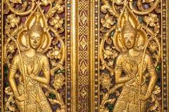 Mooie gouden gravure op de deur van Wat Sensoukharam-tempel in Luang Prabang stock foto's