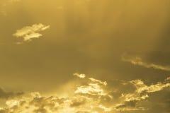 Mooie Gouden Hemel op Zonsondergang Royalty-vrije Stock Foto's