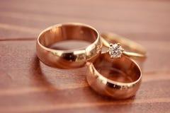 Mooie gouden overeenkomst en trouwringen Stock Afbeeldingen