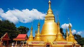 Mooie gouden pagode in de zonnige dag Royalty-vrije Stock Afbeeldingen