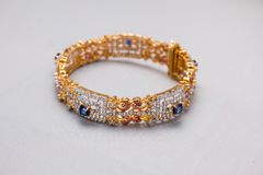 Mooie gouden zilveren en blauwe robijn en diamantenarmband Stock Afbeelding