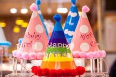 Mooie grappige verjaardagshoeden met heldere kleuren Feestelijke achtergrond met de inschrijvings gelukkige verjaardag royalty-vrije stock foto