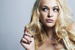 Mooie grappige vrouw Flirt Blond Meisje met Krullend haar enjoy royalty-vrije stock foto's