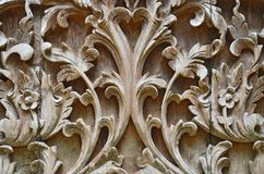 Mooie graven houten Thaise stijl op de muur royalty-vrije stock afbeeldingen