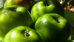 Mooie groene appelentribune op een plaat Een groene fruitdraaien voor het cameraclose-up De oogst van appelen en stock video