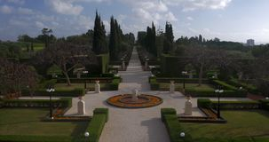 Mooie groene Bahai-tuin in Acre, Israël stock footage