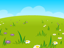 Mooie groene beeldverhaalweide tegen blauwe hemel Royalty-vrije Stock Afbeeldingen