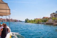 Mooie groene canion van de rivier Cetina met rotsen, stenen en bezinning in een water, de zomerlandschap, Omis stock foto