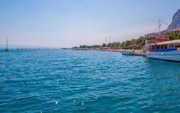 Mooie groene canion van de rivier Cetina met rotsen, stenen en bezinning in een water, de zomerlandschap, Omis royalty-vrije stock foto's