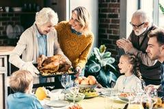 mooie grootmoeder die Turkije voor familie vervoeren royalty-vrije stock afbeeldingen