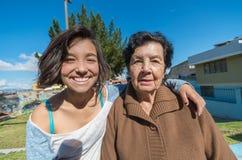 Mooie grootmoeder en kleindochterzitting Royalty-vrije Stock Afbeelding