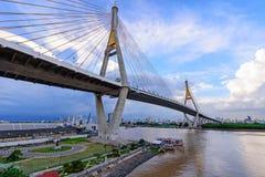 Mooie Grote Bhumibol-Brug/Grote brug bij de rivier Royalty-vrije Stock Fotografie