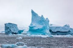Mooie grote blauwe ijsberg en oceaan Eigenaardig landschap van Antarctica Stock Afbeelding