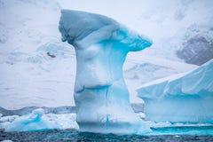 Mooie grote blauwe ijsberg en oceaan Eigenaardig landschap van Antarctica Stock Foto
