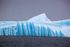 Mooie grote blauwe ijsberg en oceaan Eigenaardig landschap van Antarctica Royalty-vrije Stock Afbeelding