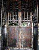 Mooie grote oude houten deur Stock Afbeeldingen