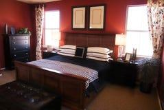 Mooie grote stylishly verfraaide slaapkamer Royalty-vrije Stock Fotografie