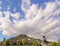 Mooie grote wolk over een heuvel Stock Foto's