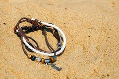 Mooie halfedelsteenparels Leer gevlechte banden in de armband Bruin en Wit stock fotografie
