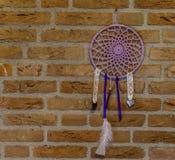 Mooie hand - het gemaakte droomvanger hangen op een bakstenen muur, huisdecoratie, geestelijke achtergrond royalty-vrije stock afbeeldingen