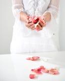 Mooie hand met perfecte Franse manicure op behandeld spijkershol Royalty-vrije Stock Foto