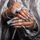 Mooie hand van het meisje met donkere huident van acrylspijkers met spijker ongebruikelijke fotmoy Royalty-vrije Stock Afbeeldingen