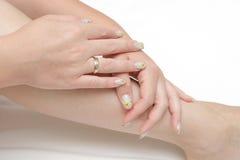 Mooie handen die spijkers tonen Royalty-vrije Stock Fotografie
