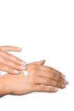 Mooie handen met vochtinbrengende crème Stock Afbeeldingen