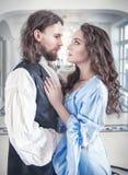 Mooie hartstochtelijke paarvrouw en man in middeleeuwse kleren royalty-vrije stock fotografie