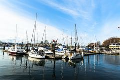 Mooie haven en blauwe hemel royalty-vrije stock afbeelding