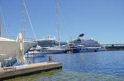 Mooie havens met vele jachten in Monaco en tuinenhoogtepunt van bloemen royalty-vrije stock foto's