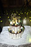 Mooie heerlijke witte huwelijkscake bij de avond royalty-vrije stock afbeeldingen