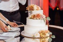 Mooie heerlijke witte huwelijkscake De dag van het huwelijk stock afbeelding