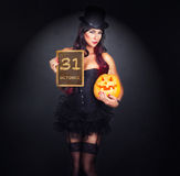 Mooie heks in zwart gotisch Halloween-kostuum Royalty-vrije Stock Foto's