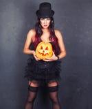 Mooie heks in zwart gotisch Halloween-kostuum Stock Foto's