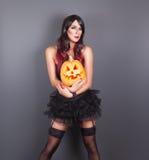 Mooie heks in zwart gotisch Halloween-kostuum Stock Fotografie