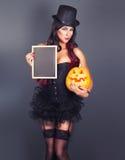 Mooie heks in zwart gotisch Halloween-kostuum Royalty-vrije Stock Afbeelding