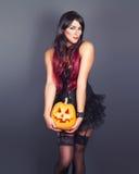 Mooie heks in zwart gotisch Halloween-kostuum Royalty-vrije Stock Fotografie