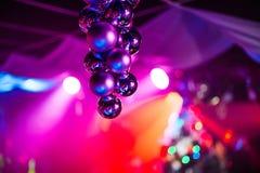 Mooie heldere achtergrond met multicolored Kerstmisballen op voorachtergrond met bezinning Stock Foto