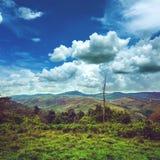 Mooie heldere blauwe hemel met bewolkte bovengenoemde bergketen stock foto