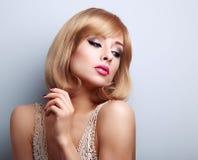 Mooie heldere make-upvrouw die met de stijl van het blondehaar dow kijken stock foto's