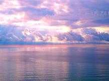 Mooie heldere zonsopgang in oceaan, de heldere kleuren van rel van kleuren Royalty-vrije Stock Fotografie