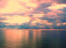 Mooie heldere zonsopgang in oceaan, de heldere kleuren van rel van kleuren Stock Fotografie