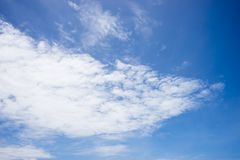 Mooie hemel in de zonnige dag Stock Afbeeldingen